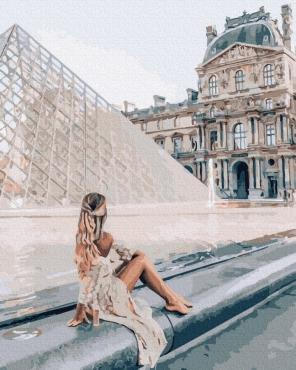 Девушка у Лувра